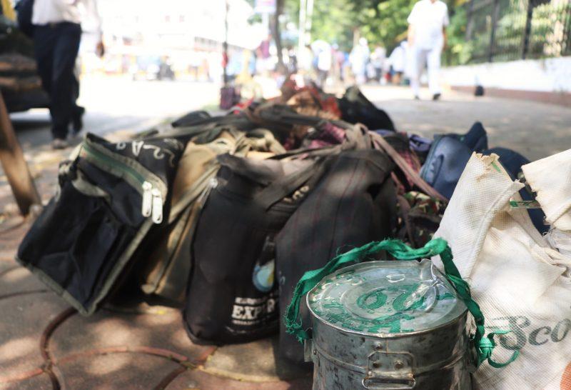 Les repas dans les dabbas sont rassemblés à même le trottoir