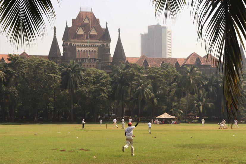 Mumbai 1 - Une équipe de cricket s'entraîne sur l'un des rares espaces verts de Mumbai, en face du palais de justice