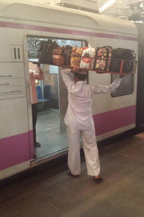 Les dabbalwalahs en action à la sortie des trains